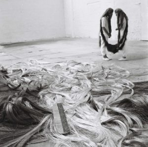 Tunga, Xifópagas Capilares, 1984; Performance, Kanaal Art Foundation, Kortrijk, Bélgica, 1989 © Tunga; Courtesy of the artist and Luhring Augustine, New York